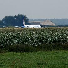 Avion Ural Airlinesa prinudno sletio u polje (Foto: AFP) - 3