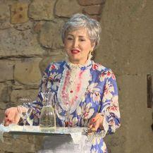 Ankica Dobrić nosi vino policajcima (Foto: Dnevnik.hr)