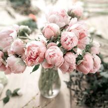 Buket svježeg cvijeća lijep je poklon
