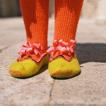 Na nogama se nose vunene čarape kalcete i cipele zvane carape