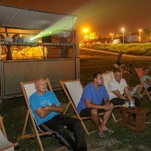 Nekoliko ljudi gledalo prijenos utakmice na Ljetu na Savi (Foto: Matija Habljak/PIXSELL) - 1