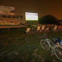 Nekoliko ljudi gledalo prijenos utakmice na Ljetu na Savi (Foto: Matija Habljak/PIXSELL) - 7