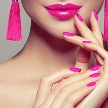 Blizanci: Jarko ružičasti lak za nokte