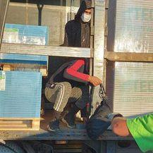 U kamionu s građevinskim materijalom pronađeni migranti - 2