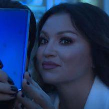 Nina Badrić s mobitelom