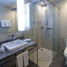 Walk-in tuš u maloj kupaonici - 1