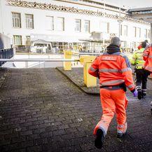 Medicinska služba na dan čitanja presude BiH šestorci ide na intervenciju u zgradu suda (Foto: AFP)