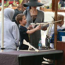 Angelina Jolie s djecom na buvljaku - 3
