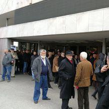 Građani ispred dvorane koji nisu uspjeli ući na komemoraciju za Praljka (Foto: Dnevnik.hr)