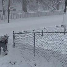 U Pennsylvaniji napadalo metar i pol snijega (Video: APTN)
