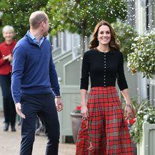 Catherine Middleton u suknji čiji kroj tako dobro laska figuri - 8