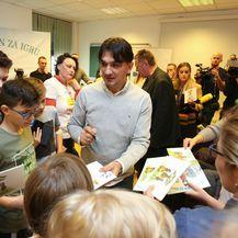 Malim pacijentima na Klinici za pedijatriju KBC-a Zagreb Zlatko Dalić čitao je slikovnicu 'Zlatkov dan za igru' - 11