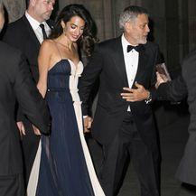 Amal Clooney u haljini koja se obavezno nosi bez grudnjaka - 7