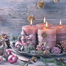 Ukrasni božićni aranžman u kojem dominira takozvana prljava ružičasta