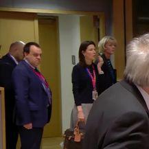 Zaiskrilo između May i Junckera (Video: Reuters)