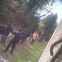 Migranti i policija na zelenoj granici s BiH (Foto: screenshot/borderviolence.eu)