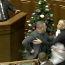 Incident u parlamentu (Video: Večernje vijesti)