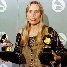 Joni Mitchell na dodjeli nagrada Grammy 1996. godine