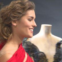 Mia Rkman u crvenoj haljini