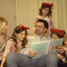 Jole čita priču obitelji
