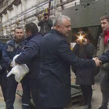 Darko Horvat se rukuje s radnikom