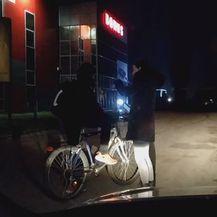 Nepalski radnik na biciklu