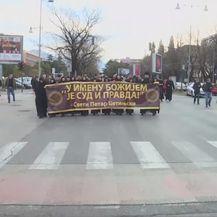 Prosvjednici s transparentom