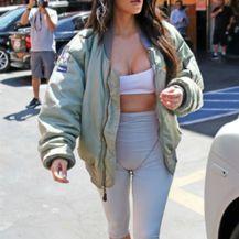 Kim Kardashian grudnjak nosi kao topić