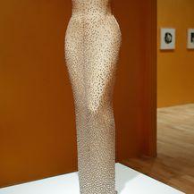 Skicu za haljinu u kojoj je glumica čestitala rođendan John F. Kennedyju napravio je Bob Mackie, a izradio ju je Jean Louis