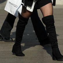 Street style djevojke iz Zagreba u minici i čizmama iznad koljena