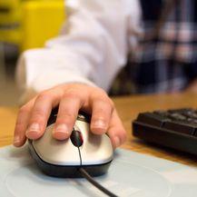 Dijete koristi računalo (Foto: Guliver/Thinkstock)