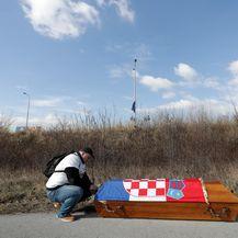 Aktivist nosi lijes na Markov trg (Foto: Davor Puklavec/PIXSELL)