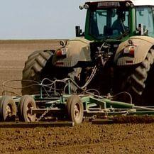 Traktor na polju (Foto: Dnevnik.hr) - 1