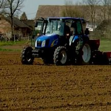 Traktor na polju (Foto: Dnevnik.hr) - 2