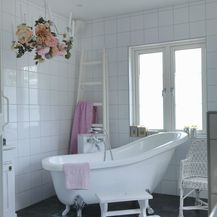 Kupaonica u bijelo-sivoj kombinaciji boja - 10