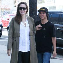 Angelina Jolie u šopingu s 15-godišnjim sinom Paxom u aveniji Melrose - 6