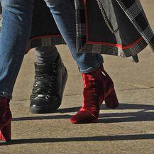 Antonia Bozza izabrala je crvene baršunaste gležnjače
