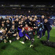Dinamovi igrači ispod zapadne tribine (Foto: Goran Stanzl/PIXSELL)