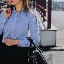 Košulja s plavo-bijelim prugama naročito je popularna među ženama