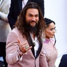 Jason Momoa nosio je baršunastu 'scrunchy' gumicu u istoj boji kao odijelo