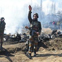 Ostaci indijskog borbenog aviona nakon što je srušen u Kašmiru (Foto: AFP) - 3