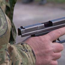 Pištolj u ruci vojnika