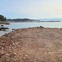 Plaža zasuta kamenjem u Makarskoj - 2