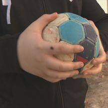 Dječak drži rukometnu loptu, ilustracija
