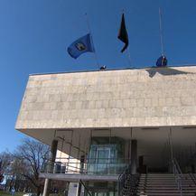 Crna zastava na zgradi gradskog poglavarstva