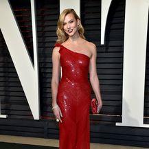 Poznate dame u crvenim haljinama sa šljokicama - 8