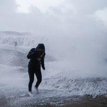Veliki valovi uslijed oluje (Foto: AFP)