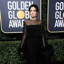 Angelina Jolie zablistala je u crnoj Atelier Versace haljini (Foto: Profiemdia)