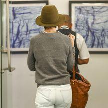 Katie Holmes u bijelim hlačama na kojima se ocrtava donje rublje