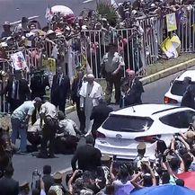 Papa Franjo utješio policajku palu s konja (Foto: AFP) - 1